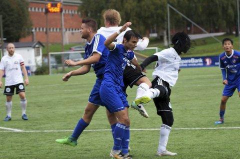 DUELL: Nicolas Kamango i duell med Valdrin Rexhaj. Brandbumannen som spiller på Løten.