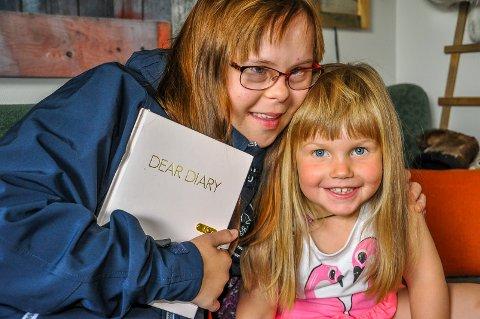 Dagboka skal med på turen forteller Nina, her med søsteren Aila på tre år.