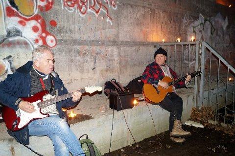 SOLSNU: Per Schanke (til venstre) og Stein Buan under Elvelangs. Søndag spiller de solsnu-konsert på Gamleskolen.
