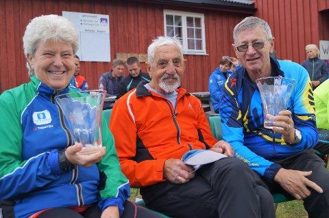 VETERANER: Aud Mona Røste fra Brandbu, Svein Brandbu fra Lunner og Kåre Støen fra Vestre Gran har til sammen 85 starter i Brandbuløpet. Røste og Støen mottok vaser for 25 starter.