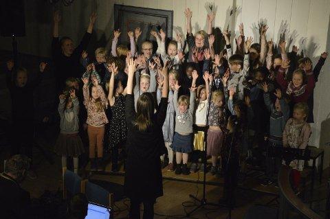 Lunner barnegospel og Minimix skapte mye smil og glede under kirkerotteteateret i Lunner kirke.