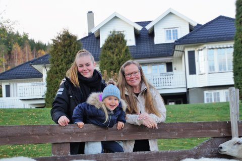 ODELSJENTE: Karoline (18) er eldst i søskenflokken på tre. Hun vil drive morens livsverk videre. Monica er stolt av barna sine. Minstejenta Ingeborg (3) er det naturlige midtpungt. Sønnen Gard Magnus (16) var ikke tilstede da bildet ble tatt.