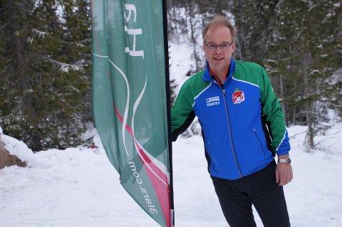 HEISTE FLAGGET: Leder i Hadeland o-lag, Einar Teslo, kunne heise flagget utenfor den nye hytta på Lushaugen i desember.