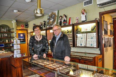 OPPHØR: Anne og Tore Pedersen har ikke satt sluttdatoen, men starter opphørssalget 15. februar, på dagen Tores far startet gullsmedforretningen.