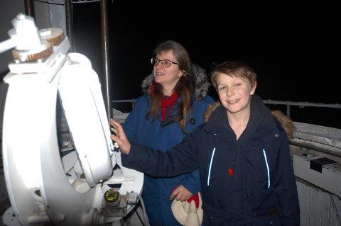 SPENNENDE: Håkon Christian Brenne og mamma Anne Christine Brenne var på Solobservatoriet på Harestua for aller første gang torsdag kveld.