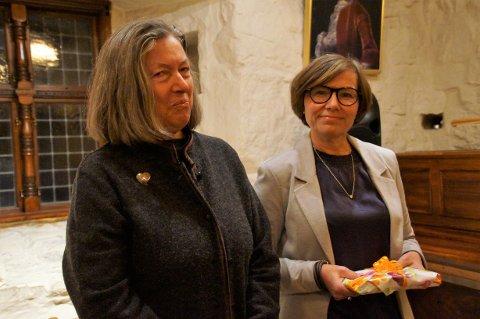 FIKK PRIS: Torill Nedberge (til venstre) fra Hadeland Dialekt- og mållag overrakte dialektprisen til Anne Marte Skari.