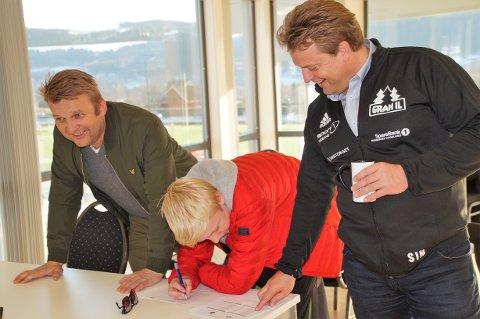 FIKK TIPS: Her får Jonas tips av far Trond Stensli (til venstre). Om Svein Inge Nerland bidro til seieren er uvisst.