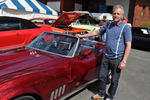PÅ PLASS: Trond Brunsæl viser fram sin Chevrolet Corvette. En bil han er veldig stolt av.