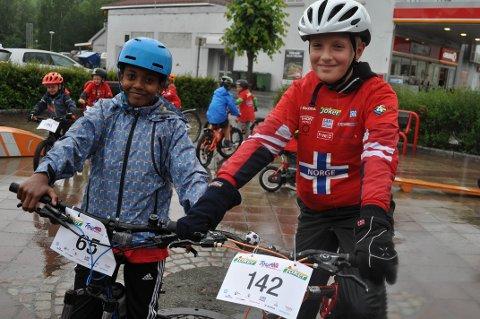 VÆRT MED LENGE: Torstein Barvik Molstad (12)  kaller seg selv for veteran i Tour of Norway for kids.  Her er han sammen med Natnael Yemane Mehari (12).