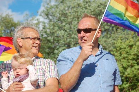 GÅR FORAN: Ordførerne Willy Westhagen og Lars Magnussen var med på torsdagens Hadeland Pride. - Kommunene skal gå foran, sa Magnussen i sin tale til de flere hundre deltakerne.