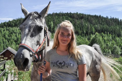 HESTEJENTE: Amanda Mælum Engevold har drevet med hest siden hun lærte seg å gå. Distanseritt kom først på programmet for fem år siden. Her er hun sammen med hesten Arina.