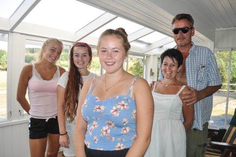 STORTRIVES: Alyssa (foran) stortrives i familien Engh Andersen. Her er hun sammen med vertsøstrene Ida (fra venstre) og Thea og vertsforeldrene Kjersti og Håkon.