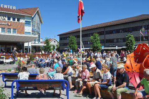 FOLKSOMT: Rundt 250 hadde møtt opp på torget for å feire 100-årsjubilanten, i varmen.