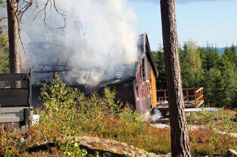 TOTALSKADET: Boligen i Kjølvegen er totalskadet etter brannen.