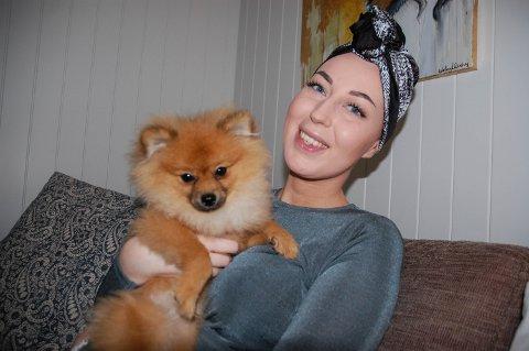 POSITIV: Ida har uhelbredelig livmorshalskreft, men mener det å være positiv er noe av det viktigste for å takle sykdommen. Her er hun sammen med hunden Milo på fem måneder.