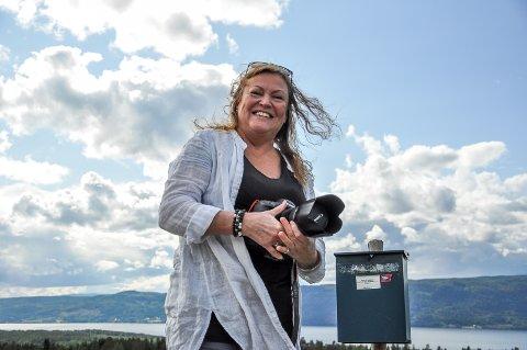 ELSKER UTSIKTEN: Fotograf Mona Gundersen elsker utsikten fra Bleiken.
