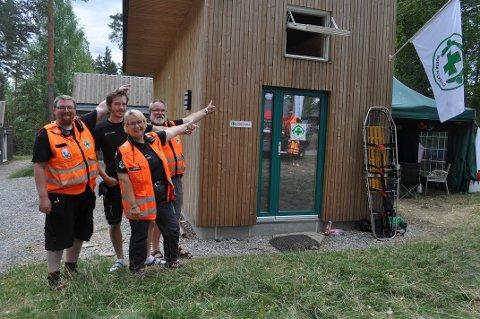 HYTTE: Ole Martin Kjekstad (fra venstre), Per-Olav Balck Fjalestad, Elin Skovli og Guttorm Skovli peker fornøyd på deres egen hytte som er satt opp på Utøya.
