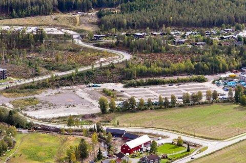 HER SKAL DET BYGGES: Helse- og omsorgssenteret i Lunner er planlagt bygd i Sagparken. Bildet er tatt 15. september 2018.
