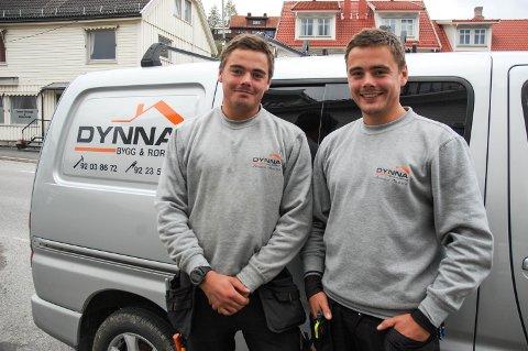 BYGG OG RØR: Tvillingene Eskil (til venstre) og Espen Dynna leverer tømrer- og rørleggertjenester.