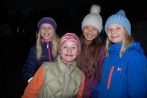 SOSIALT: Amanda Smedsrud Valland, Kristine Jensen Blyverket, Emilie Ko Chen og Amine Klevengen Bergsli synes det var moro å gå Elvelangs.