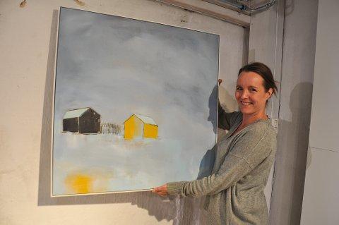FØR ÅPNINGEN: Annette Hveem Narum jobbet med å henge opp bildene til utstillingen da vi møtte henne før åpningen.