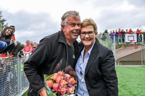 GA ÉN MILLION TIL SKOLEN: Ivar Oulie var med i Østre Lunner ungdomslag som ga én million til barneskolen. Det ble det blant annet ballbinge av. Her får han blomster og klem fra rektor Kari Marie Engnæs.