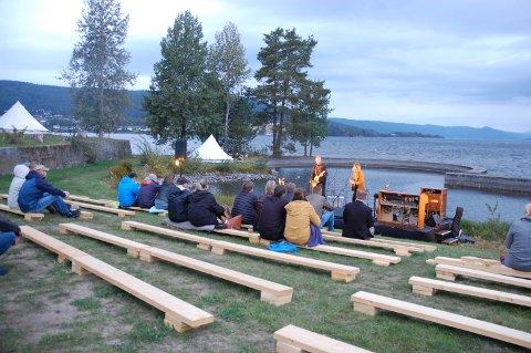 LITE FOLK: Det var ikke mange som hadde tatt turen til Thorbjørnrud fredag kveld. Men de som møtte opp fikk en fin konsertopplevelse.