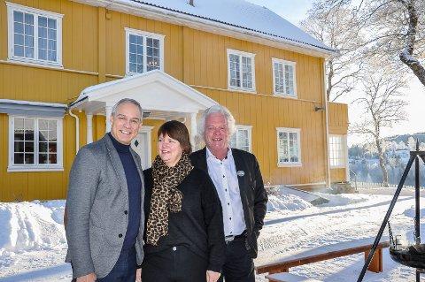 – HELT TOPP: KrF's Hans Olav Syversen er full av rosende ord om Granavollen og vertskapet, her ved Trine Hilden og Stig Fossum.