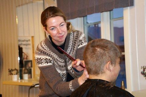 EGEN SALONG: Lene Karen Bilden har sin egen frisørsalong hjemme på gården. Hun har mange faste kunder, men har plass til fler.