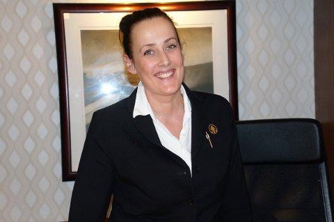 HUSET PRESSEN: Kate Kolstad Eck på Sanner Hotell kunne fortelle at de har fullt hus. Noen av gjestene har tilknytning til regjeringsforhandlingene som foregår lenger oppå Granavollen. Første døgnet huset de blant andre rikspressen.