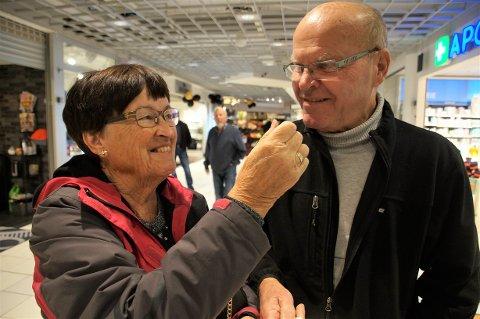 TRIVES I LAG: Ingrid og Harald Heier har jobbet sammen i mange år. Nå pleier de sin felle interesse for hagestell. – Vi er fortsatt like glad i hverandre, forteller de. Her får Harald smake epledessert av Ingrid.