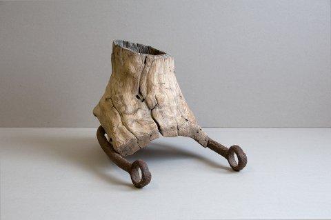 Utstilling: Anna Widén stiller ut blant andre trestykker funnet ute i naturen.