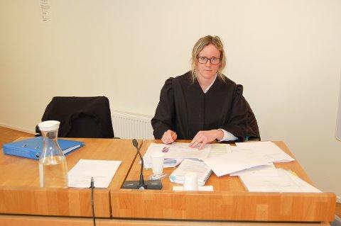 AKTOR: Politiadvokat Marie Steen Habberstad og de andre aktørene i sal 1 i Follo tingrett måtte følge nøye med da tiltalte (18) og fornærmede (16) forklarte seg om «fame» og «likes» på «Russekongen» og andre kontoer på sosiale medier.
