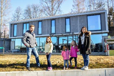 FUNKIS I STENSRUDHAVNA: Familien foran sitt utradisjonelle hus i Stensrudhavna i Brandbu. Kristian, Selma, Amelia, Mathea og Ragnhild.