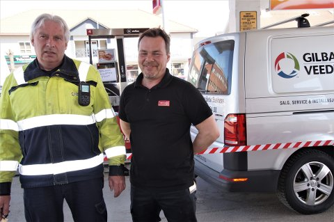 SERVICE: Per Saur (til venstre) kom Thomas Eid til unnsetning midt på dagen onsdag. Han håper å få i gang betanlingsterminalen raskt.