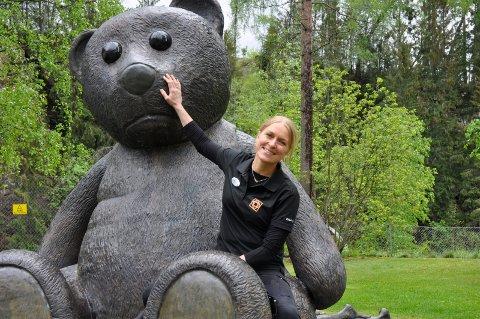 TEDDY: Kristin Gamme Helgaker har sans for Kistefos`mange spennende skulpturer. Søndag kommer det en til.