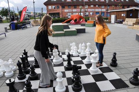 KONKURRANSE: For venninnene Maria og Thea er det viktig å ikke tape. Sjakkpartiet ble avbrutt før en vinner ble kåret, og det var sikkert like greit.