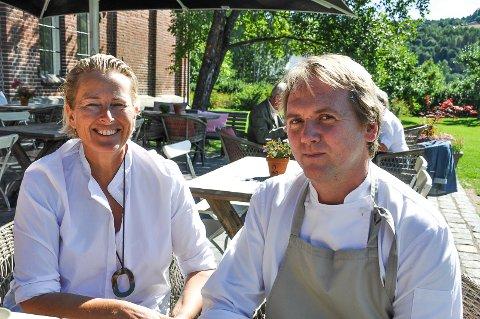 BEST MAT: Benedikte Ferner og daglig leder Philip Womersley ved Lokstallen serverer kanskje landets beste veimat. Det mener i alle fall bladet Motor.
