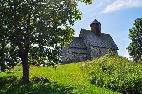 HISTORISK KIRKE: Tingelstad gamle kirke er et viktig historisk monument på Hadeland og trekker til seg besøkende fra langt utenfor distriktet.