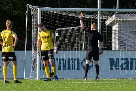 Marius Alm måtte forlate banen med rødt kort i første omgang av dommer Eivind Bodding.