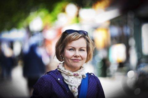 SIER DET HUN MENER: Sanna Sarromaa holder folketale i Søndre park på ettermiddagen torsdag 1. juni.