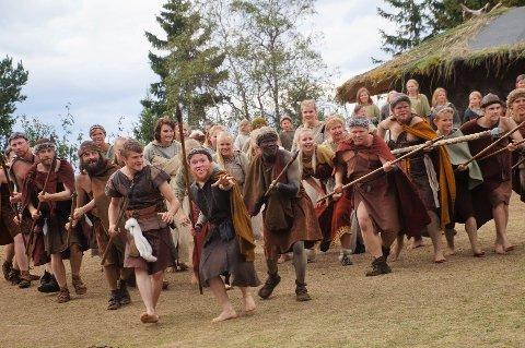 KAMPKLARE: Nær hundre aktører er klare til innsats i Bronsebukkene på Hadeland Folkemuseum neste år.