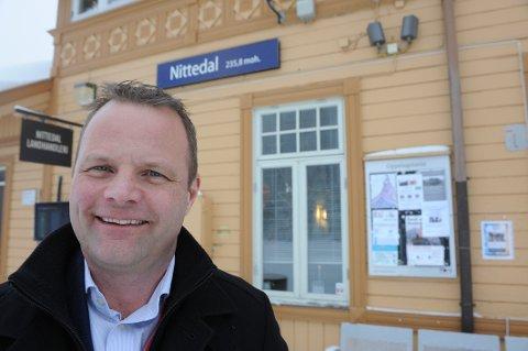 ØKER: Daglig leder Øystein Gullaksen i Vy Gjøvikbanen AS er fornøyd med at stadig flere velger tog når de skal ut å reise. Han håper mange også velger tog når Norges-ferien står for døra. Fra uke 26 starter de opp med sommerrutene.