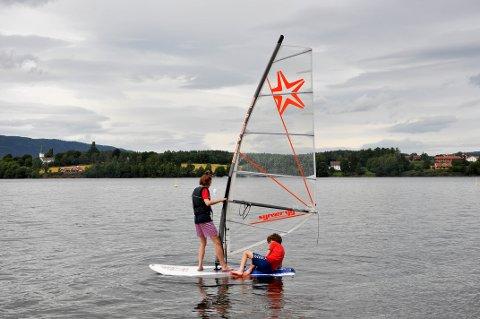 VINDSURFING: Henrik Ariansen (17) og Jesper Ariansen (14) tester ut vindsurfebrettet sitt på Ulsnestangen.