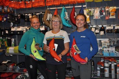 POPULÆRT: Jenny Linstad Tangen (20), Torunn Linstad (68) og Kamilla Hval Skiaker (22) hos Intersport Gran forstår hvorfor så mange skaffer seg hengekøye og kommer seg ut i skogen.