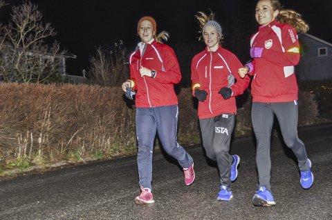 MED VIDERE? Anette Helene Hansen (tv) har kontrakt med HK Halden også neste sesong, mens Malene Staal (i midten) og Melanie Felber (th) er på utgående kontrakter.