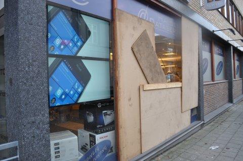 Store plater dekket det ødelagte glasser fram til glassmesteren fikk på plass nytt vindu.