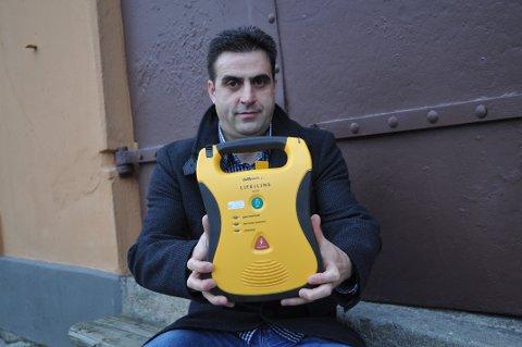 TAKKNEMLIG: Florim Gashi er veldig glad for førjulsgaven til Fredrikhald Prishtina Fotballklubb. - Vi hadde tenkt til å kjøpe hjertestarter. Nå har vi spart over 20.000 kroner, sier han.
