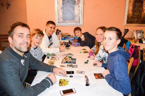 Brettspillentusiaster: Neo Amadeus Bigum (6) (bakerst fra høyre), Marthe Elvira Woldheim (15), Sebastian Austneberg (16), Gaute Austneberg, Sølve Refnin (13) og Alexander Olsen Bigum.