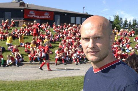 ARTIKKELFORFATTER: Joacim Jonson fra sin tid som trener i Kvik, hvor han blant annet hadde ansvar for fotballskolen. Arkivfoto